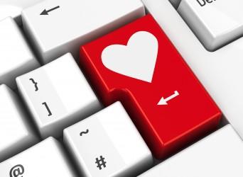 Les sites et les applications de rencontres en ligne sont devenus hyper populaires pour rencontrer de nouvelles personnes et, avec de la chance, vous pourriez y trouver LA bonne personne. Pour faire de nouvelles rencontres, il fallait auparavant sortir ou se servir du réseau social de vos amis et de votre famille. La réussite reposait bien souvent sur le fait d'être à la bonne place, au bon moment. Le speed dating reste une autre option pour ceux qui veulent accélérer les présentations et les décisions, mais cette suite de mini-rencontres pourrait vous donner l'impression de participer à une série d'entrevues et ne pas vous donner le temps d'établir une véritable connexion. Mais pourquoi donc vous limiter aux quelques candidats du coin, quand le monde entier est à votre portée? Des femmes qui recherchent des hommes, des hommes qui recherchent des femmes, des hommes qui recherchent des hommes, des femmes qui recherchent des femmes… Au cœur de ce monde virtuel, des concordances sont établies en fonction de certaines caractéristiques et des préférences de chacun. Pour ceux qui pensent à tenter leur chance, voici un survol des moyens les plus populaires pour trouver cet être cher sur le Web.